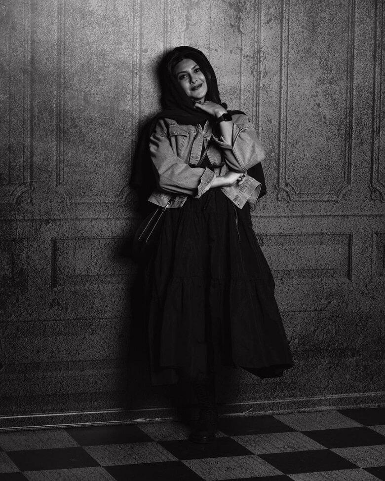 آزاده صمدی عکس سیاه و سفید میگیرد.