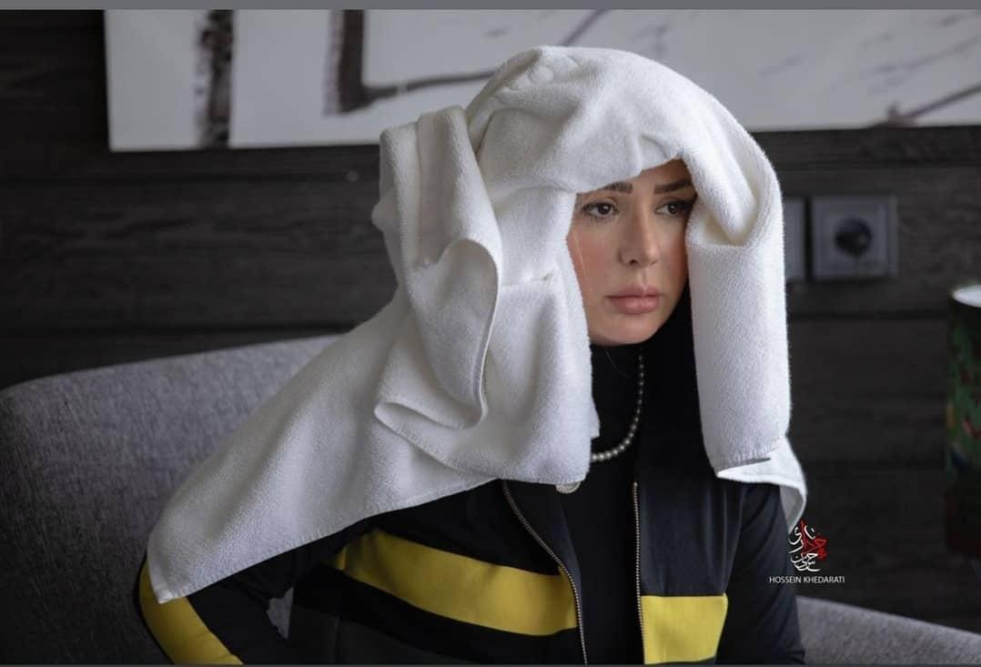 نیوشا ضیغمی با لباس زنبوری و حوله روی سر عکس گرفت.