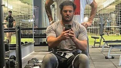 محمدرضا گلزار ورزش می کند.