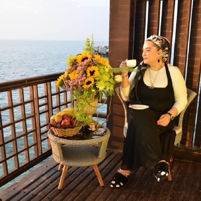 بهاره رهنما کنار دریا با فنجان چای لم داد.