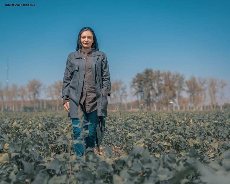 لیندا کیانی در مزرعه عکس گرفت.