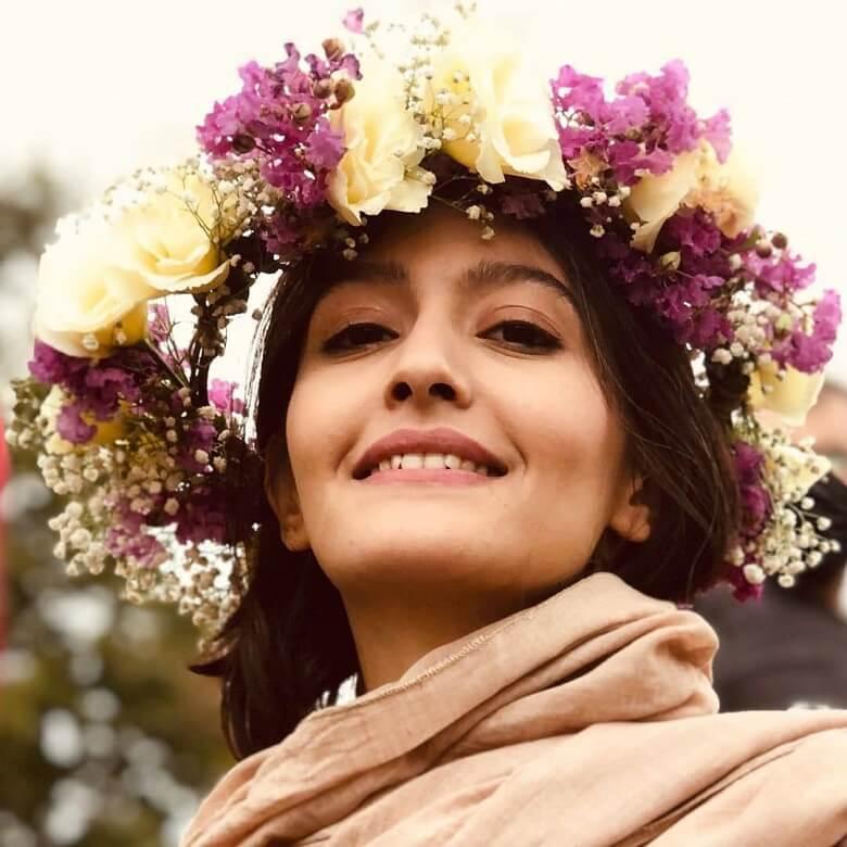 پردیس احمدیه با یک تاج گل حجاب کرد.